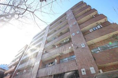 存在感ある7階建てのマンションです。
