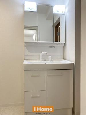 洗面化粧台新調しています! 収納便利な三面鏡です。