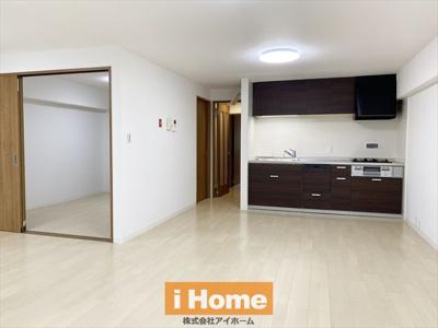 南向きLDKのため明るく、専用庭が付いているので開放感のあるお部屋です! 広さは約17.5帖あります!