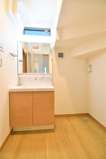 お化粧もしやすい三面鏡付き独立洗面台! 収納もしっかりあり、洗剤・タオルなどもしっかりと閉まっておけます!