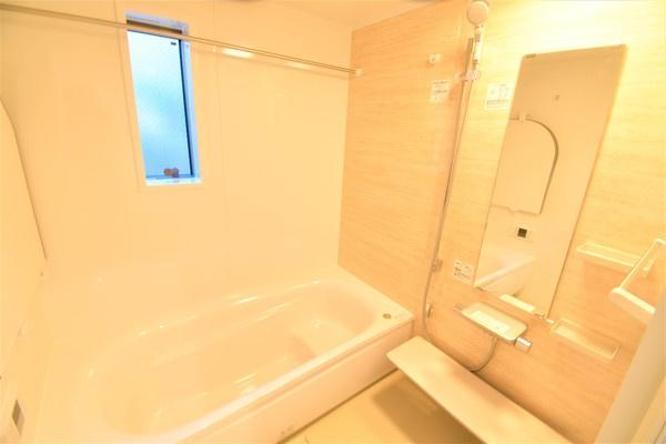 広々とした清潔感のある浴室です。雨の日に助かる浴室乾燥付き♪ このバスルームで一日の疲れを癒してください! 暖房もついているので、寒い冬には体に優しく大活躍!