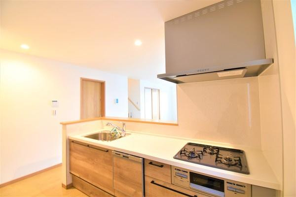 充実の設備がついたお洒落なキッチン! 食洗器付きなのは家事の負担を軽減してくれる嬉しいポイント♪ 新品のキッチンは気持ちが良いですね!