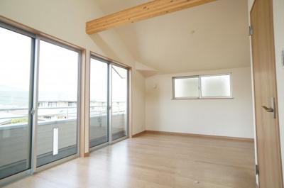 バルコニーに隣接した主寝室は、たっぷりと光が差し込みぬくもりを感じる空間。かけ上がり天井となっており、部屋が広く見えます!