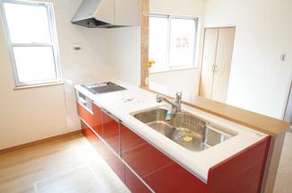 浄水器一体型のハンドシャワー水栓、一度に5人分の食器が洗える食器洗い乾燥機、IH調理器具など、毎日の家事を快適にする設備が揃ってます。