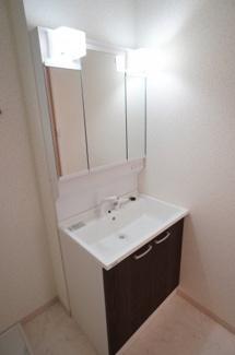 フラットな鏡がお掃除しやすい3面鏡洗面化粧台です。鏡後ろにも下にも大容量の収納がついて、日常的に使う物も洗剤の詰替えなどもスッキリしまうことができます。温水シャワー機能付き。
