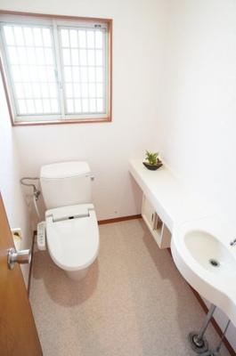 機能が充実したトイレで、あると嬉しい手洗い付き棚があります!