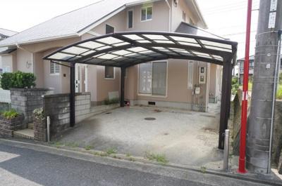 駐車場は普通乗用車が楽々2台停められるスペース!屋根もついていて雨に濡れずに家の中へ!