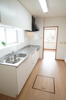 IHクッキングヒーターに、一度に5人分の食器が洗える食器洗い乾燥機付きです!洗面所への通路もありますので、家事動線も良!!毎日の家事が少しでも楽になるように設計されています♪