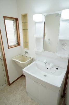 パウダールームはスロップシンク付き!使いやすい洗面ボウルがうれしい洗面化粧台です。鏡横には日常的に使う物をスッキリ収納、下には洗剤の詰替えなど大容量に収納できます。