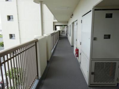 お部屋前面の廊下です。綺麗に清掃・お手入れがなされているマンションです。