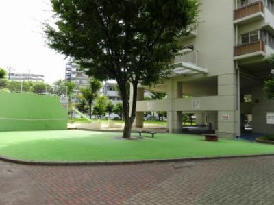 マンション敷地ないの公園スペースです。お天気のいい日はお散歩もできますね♪
