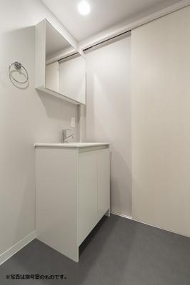 """お風呂場の中にある洗面台と違い、シャワーで濡れる心配があまりないため、""""水や湿気に弱い電化製品""""も置けまね♫"""