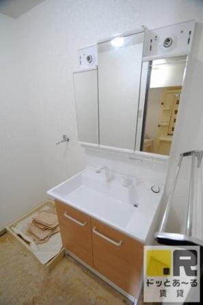 綺麗で大きな洗面台♥洗面所床張替中・・・