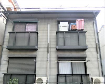 落ち着いてる外観のマンションです。