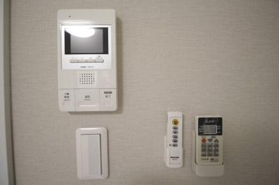 来訪者も確認出来る安心のTV付インターフォン付き♪ ※写真は別号室です。