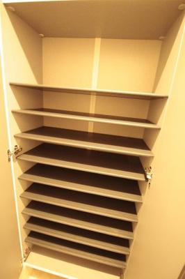 棚の高さが調整できるのでブーツも収納できます♪ ※写真は別号室です。