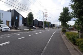 広々とした前面道路は幅員16m
