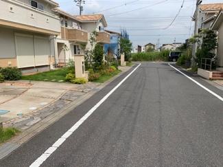 グランファミーロ袖ヶ浦駅前 全面道路(北西)~(南東)を撮った写真です。すてきな住宅が立ち並んでいるのが分かります。