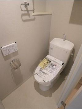 白を基調としたシンプルで使いやすいトイレです 温水洗浄便座付きです