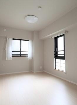 角住戸なので窓があり明るい落ち着いた色調の洋室です