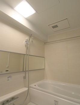 落ち着いた空間のお風呂です お風呂で日々の疲れを落としましょう カビの心配がいらない浴室換気乾燥機と追い焚き機能付きのユニットバス 雨の日も浴室で洗濯物を干すことができます