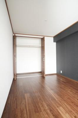 建材の色合いからモダンテイストも似合いそうな洋室。主寝室としてもご利用頂ける広さがあり、大型の家具を置くなど使い勝手も良いです。