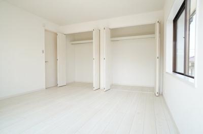 コートやスーツだけでなく、収納棚を中にしまえばニットやパンツも中にしまえてお部屋をすっきりとお使いいただけます!お部屋のコーディネートと幅が広がります♪