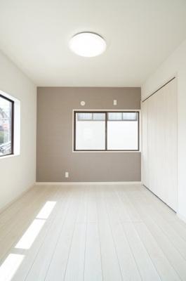 自然光に恵まれたゆとりサイズの居室です。南向きならではの贅沢な明るさを体感頂けます。
