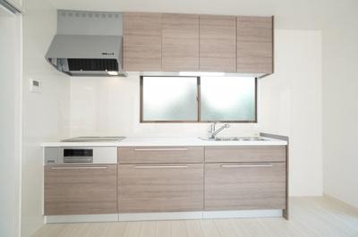 リビングのスペースを広く取れる壁付けキッチン。家事の動線を考えるとキッチンの後ろにすぐダイニングテーブルを配置することができて便利ですね。