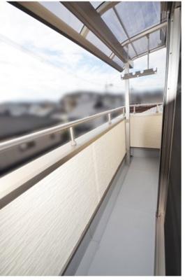 2階と3階に設けられた南向きワイドバルコニー。さらに3階には東向きバルコニーも。 採光・通風は非常に良好です  ※他現場施工例写真