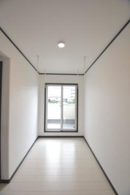 2階のフリースペースです。雨の日に室内で洗濯物が干せるように物干しがあります。