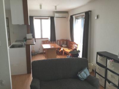 LDK(20帖) 南向きのお部屋で日当たり良好。和室がリビングと隣り合っているので扉を開けたままにして、広々とお部屋を使うこともできます。