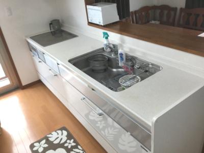 対面式キッチン IHクッキングヒーターは汚れてもさっと拭き取ることができるのでお手入れが楽です。勝手口はゴミを出す時などに便利です。
