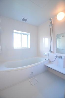 一坪タイプの浴室です。足を伸ばして寛げます。