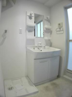明るい洗面所です(同物件別部屋の写真)
