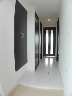 明るい玄関です(同物件別部屋の写真)