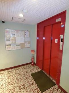 エレベーター前には防犯カメラもありセキュリティ面も安心です。
