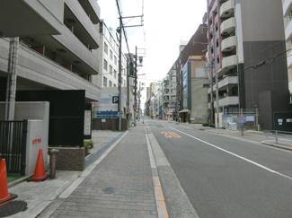 前面道路も広く見通しが良く、歩道も舗装されているので 小さなお子様がいても安心です。