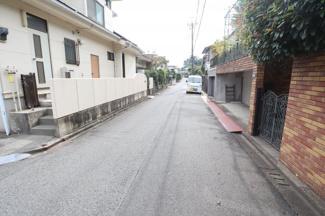 前面道路は広く駐車もスムーズにできます。