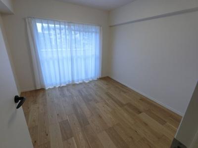 5.3帖の洋室です。 こちらはお子様のお部屋や書斎にいかがでしょうか?