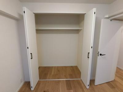 6.1帖の洋室の収納です。 衣類がたくさん収納できます。