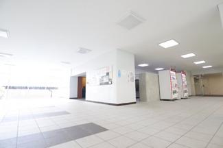 東建検見川マンションB棟 エントランスには自動販売機が2基あるため、 ちょっとした買い物建物内で完結します!