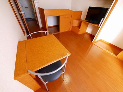 机と椅子が付いてます