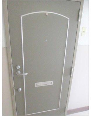 落ち着いた色合いの玄関扉になっています。