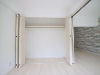 壁面いっぱい奥行き高さも十分なハンガーパイプ付き収納があります。