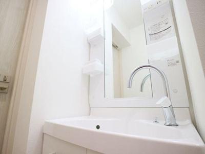 朝のお支度に重宝な独立洗面台は清潔感があります。