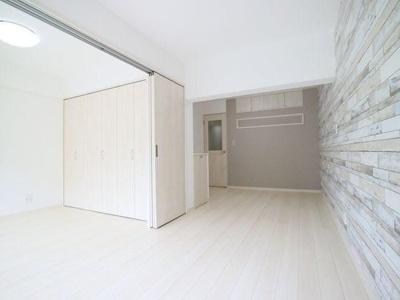 壁面上部にも収納を備え付けデッドスペースをなくします。