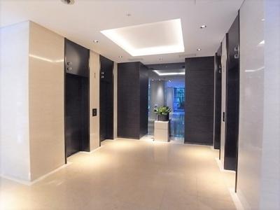 まるでホテルのような広々したエレベーターホール。