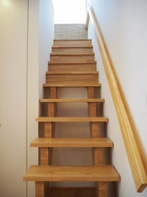 弊社モデルハウス:階段 物件から徒歩約1分、モデルハウスを見学できますよ。 お気軽にお越しくださいね('ω')