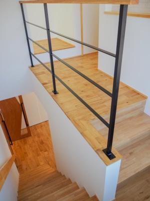 弊社モデルハウス:2Fへの階段 物件から徒歩約1分、モデルハウスを見学できますよ。 お気軽にお越しくださいね('ω')